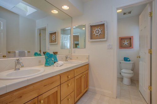 Full Bathroom - 10465 Madrone Ct